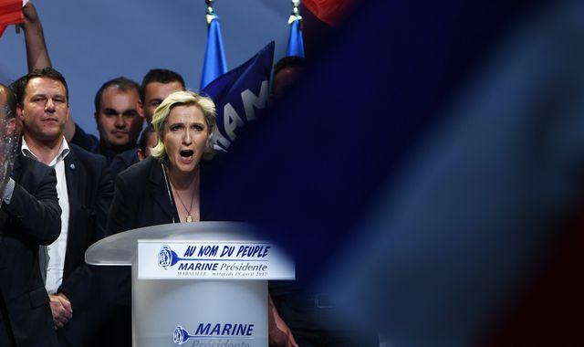 Marine Le Pen, seule contre tous https://t.co/qesavdVtLw #Presidentielle2017