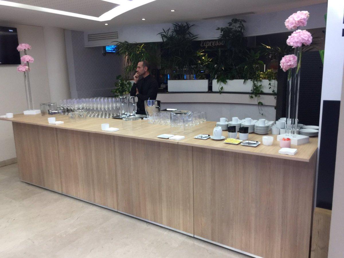 C'est ici, dans la cafétéria de @TF1 - réaménagée pour l'occasion - que seront reçus les invités  #PureMediasàTF1 #Presidentielle2017