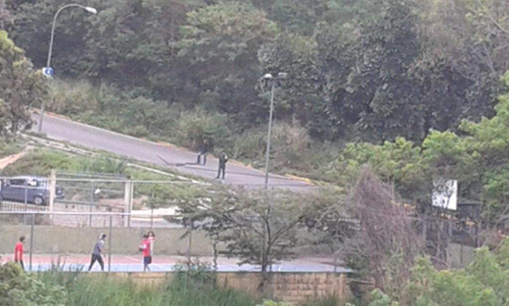 #23Abr Av. Trujillo #UrbSimónRodríguez cerrada por Casa Militar por presencia de Maduro https://t.co/aGT6x0lQAh @loisinet