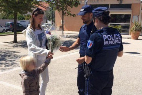 🇫🇷 #Ensuès Touchante scène de solidarité entre électeur et policiers. https://t.co/kgLz1SsExt