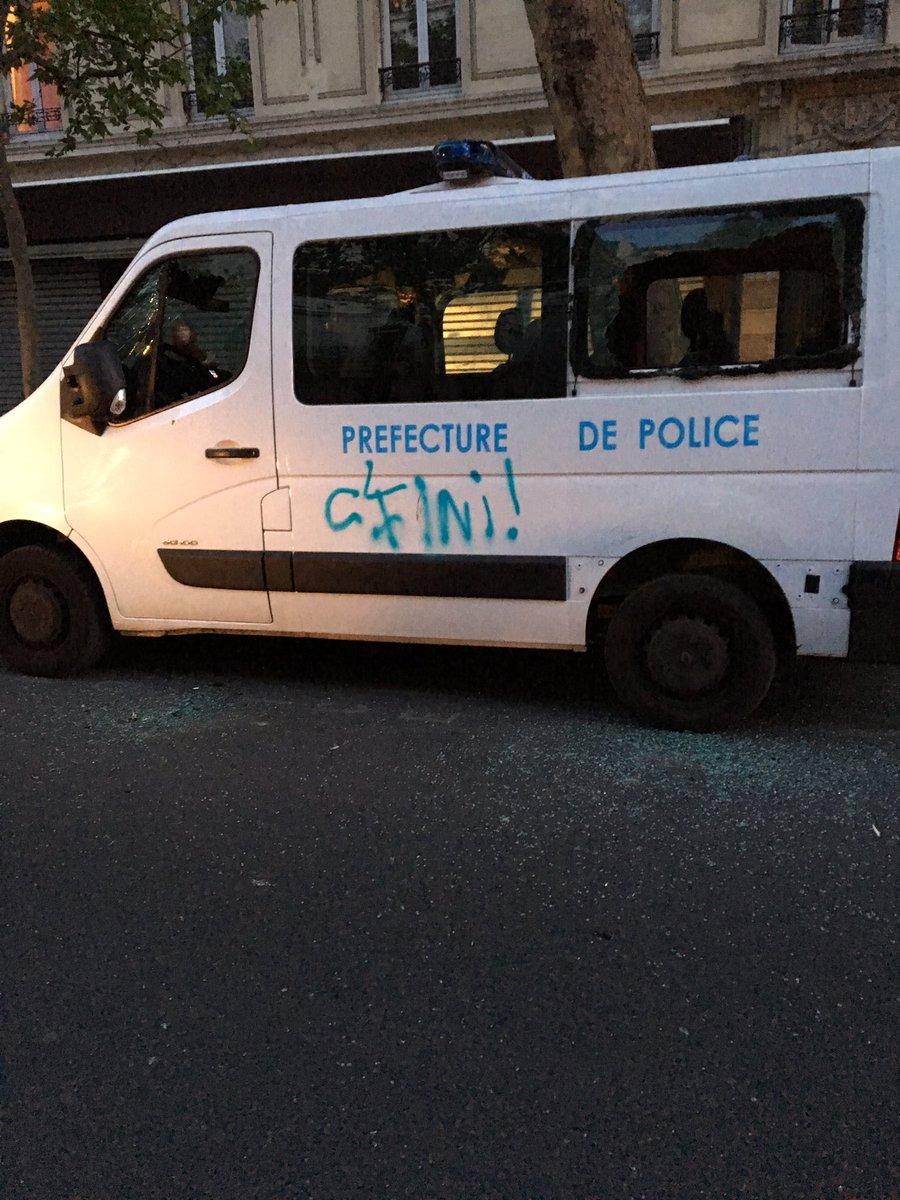 DIRECT 🇫🇷 #Paris Un véhicule de la Préfecture de police a également été largement dégradé. #NuitDesBarricades ►https://t.co/HZH4S9u60j