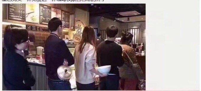 В кафе акция: 'Приходите со своей кружкой за бесплатным кофе'