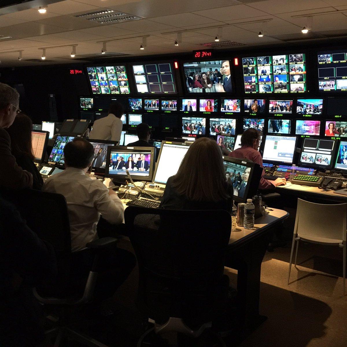 Soirée électorale de @TF1 : En direct de la régie. Catherine Nayl veille au grain. L'Etat major de la chaîne n'est pas loin.