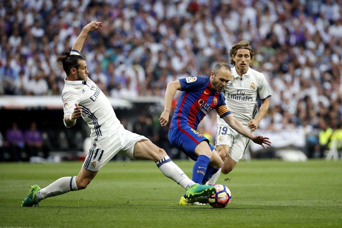 Gareth Bale tiene que retirarse del terreno de juego por lesión. Le su...