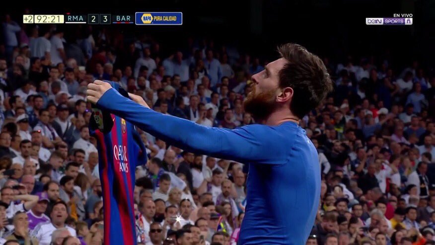 Imagen brutal !!  Su gol 500 para ganar #ElClasico y le muestra así la playera al Bernabéu...   🤐🤐