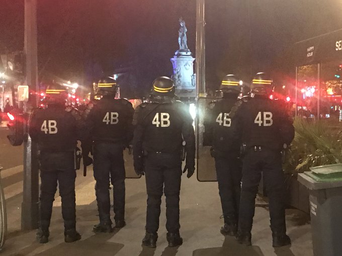 D@RemyBuisineIRECT 🇫🇷  V#Parisiolents incidents en cours place de la République. Jets de mortiers et bouteilles contre la police  hhttps://t.co/HZH4S9u60jttps://t.co/