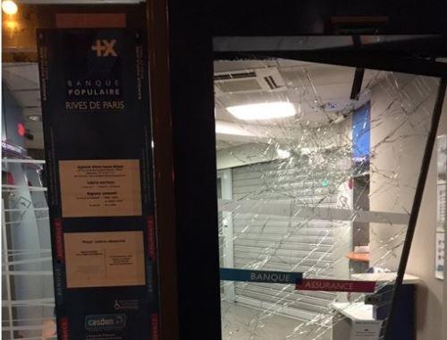 Manifestation sauvage à #Paris : distributeurs détruits, vitrines endommagées, voitures attaquées IMAGES : https://t.co/eCViBwnljO