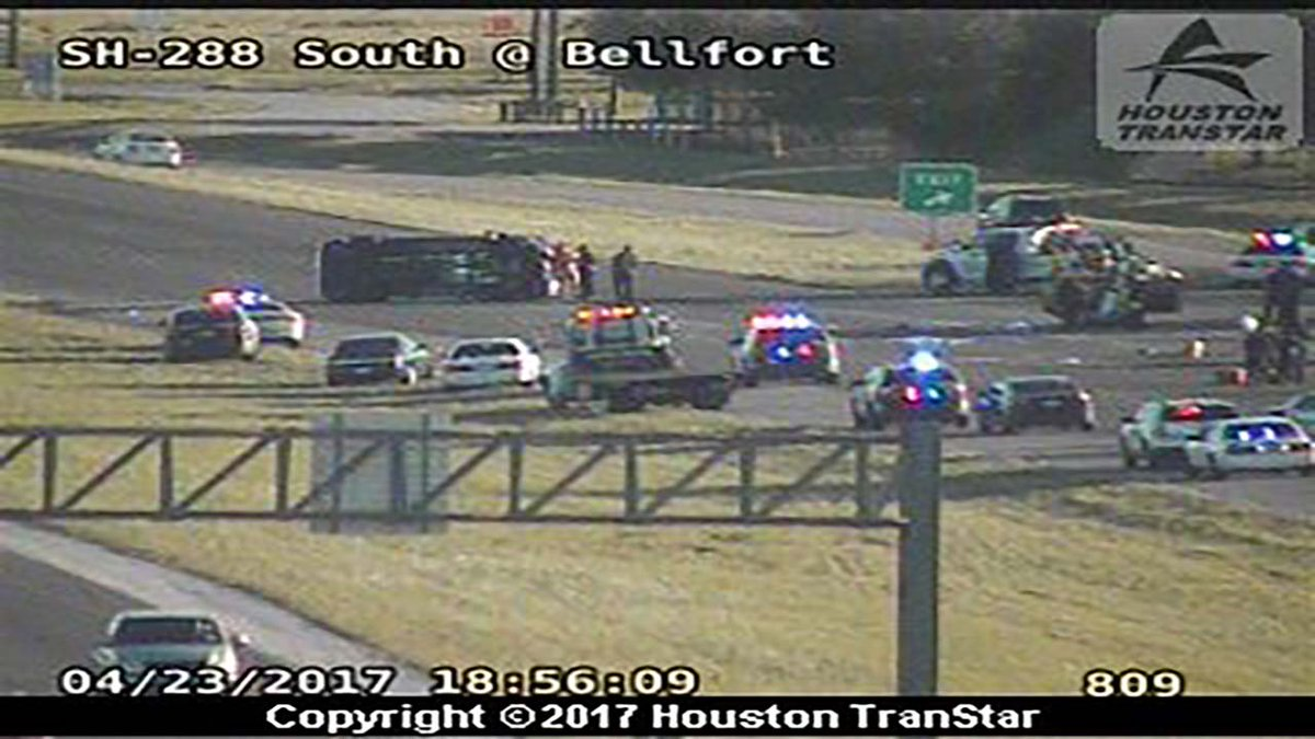 #BREAKING One person dead following accident on 288 at Bellfort; all southbound lanes shut down #HOUTraffic https://t.co/3Y8iESZNDw