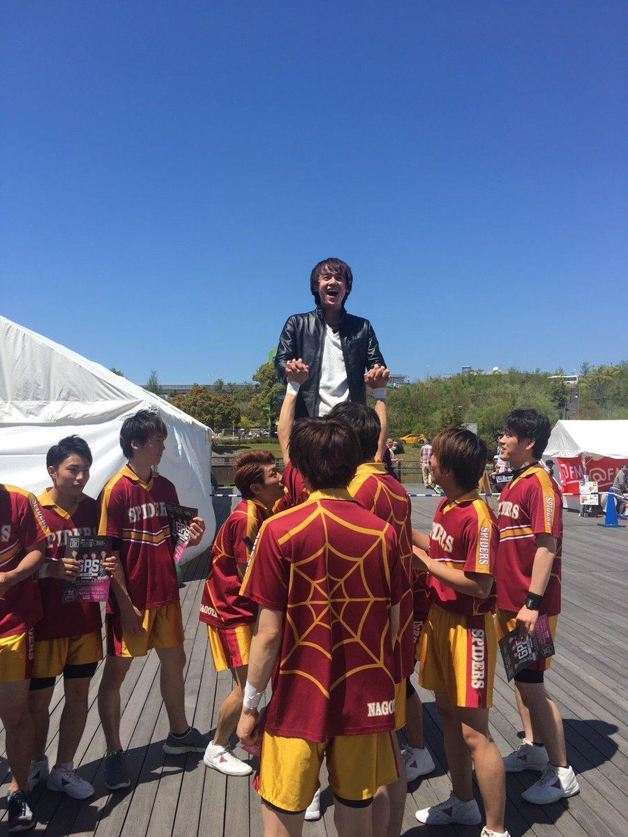 昨日共演した男子チアチーム「名古屋スパイダーズ」に上げられ、とっても楽しそうなマコちゃん(^^)#男子チア名古屋スパイダ