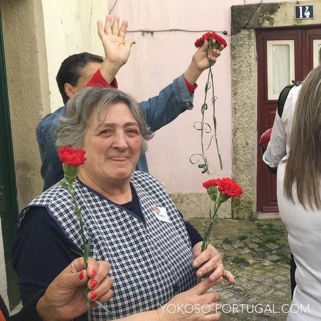 test ツイッターメディア - 明日04月25日は、1974年のカーネーション革命を記念した、自由記念日でポルトガルは祝日となります。街にはカーネーションを持ったポルトガルの人々を見かけます。 #ポルトガル https://t.co/yDzcfKEnof
