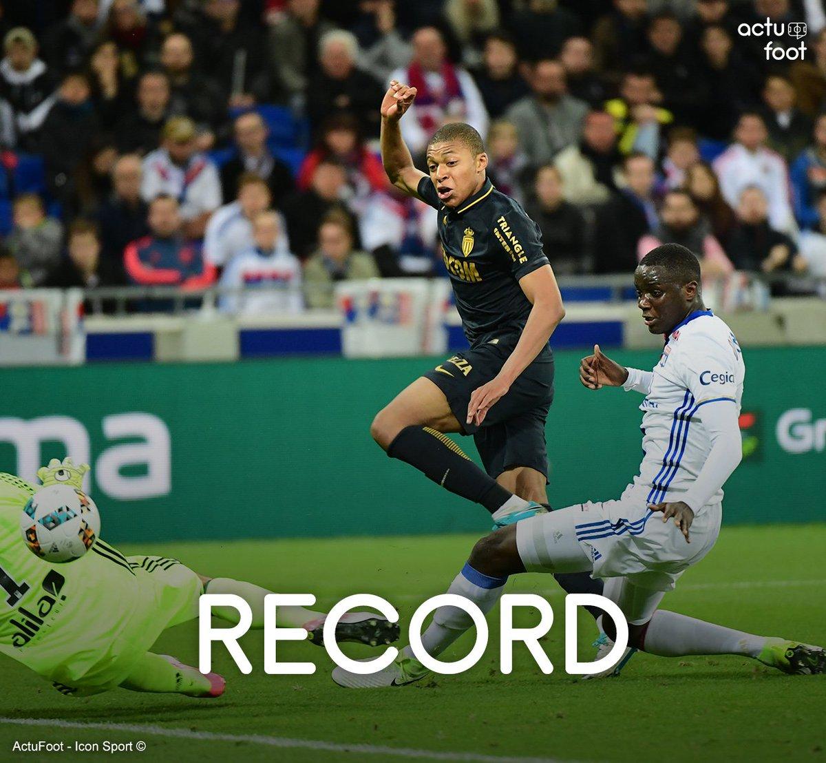 Kylian Mbappé (18 ans et 4 mois) est devenu le plus jeune joueur du XXIe sciècle à atteindre les 14 buts en championnat, devançant Rooney.