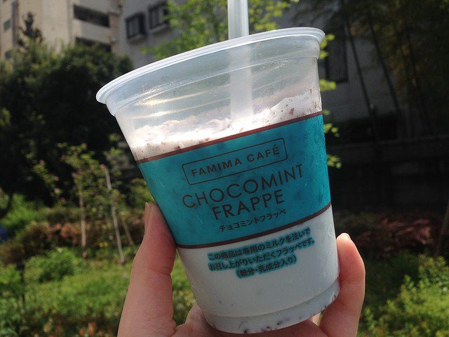 【飲まねば】ファミマの数量限定「チョコミントフラッペ」が傑作! https://t.co/5AwTFCD31N  赤城乳業がプロデュースしたもので、クラッシュした氷と、チョコミントの風味が新鮮な一品となっています。