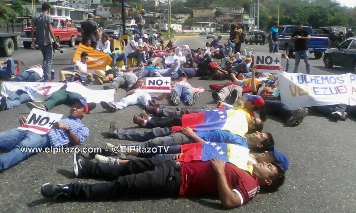 10:20am Manifestantes se acuesta Av. Santa Bárbara de San Luis al norte de Valera #Trujillo #24Abr https://t.co/I5HcKrTR0m