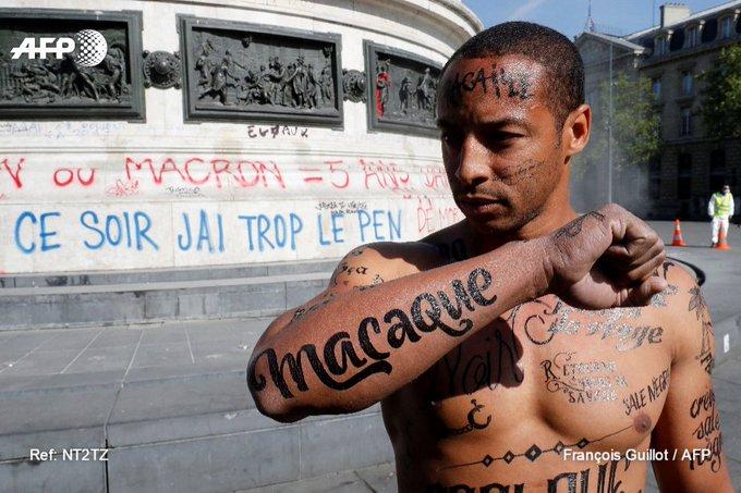 A Paris, un homme noir le corps tatoué d'insultes racistes pour dénoncer la 'lepénisation' des esprits https://t.co/mMVrlwtMp9 #AFP