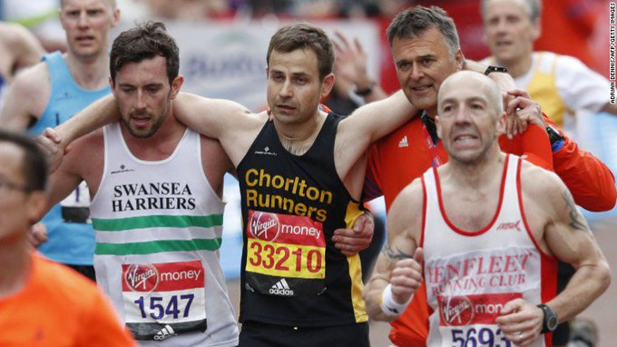 A London Marathon runner showed what sportsmanship is all about -- by helping a fellow athlete reach the finish line https://t.co/5PJaEgmVFa