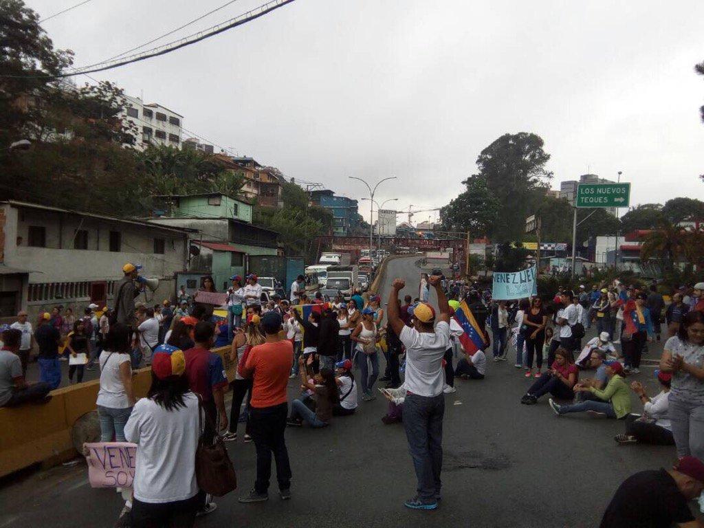 Cerrado el paso por manifestantes en panamericana altura de Los Nuevos Teques en Los Teques Comienza el 'Plantón':