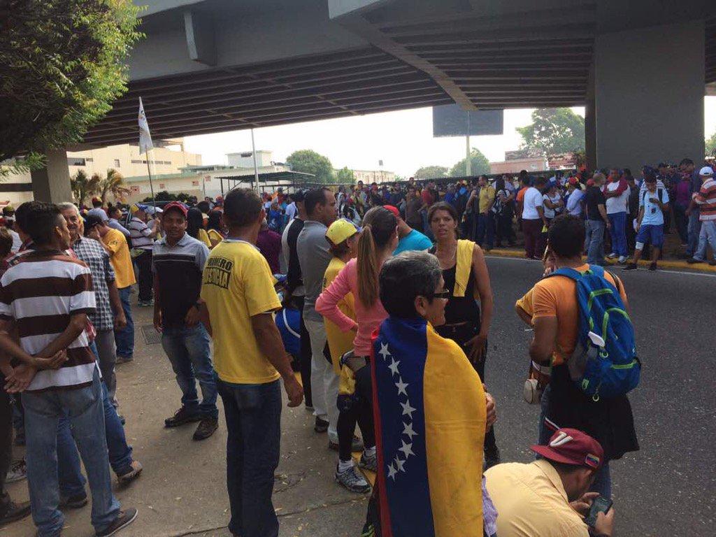 9 am. A esta hora se concentran los manifestantes marabinos en distribuidor Delicias https://t.co/I5HcKrTR0m #24Abr