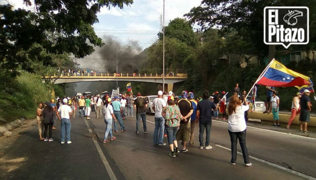 Vecinos trancan la autopista Valencia - Puerto Cabello  en sector Trincheras https://t.co/3ThTgXyfry