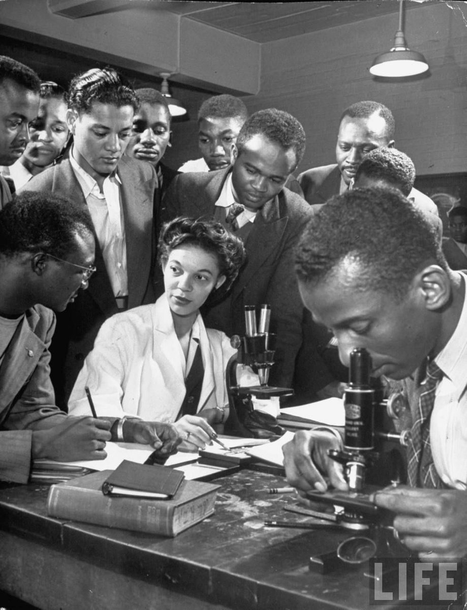 Sheer vintage awesomeness: Science professor Gloria Hixon teaching a zoology class at Howard University in 1946: