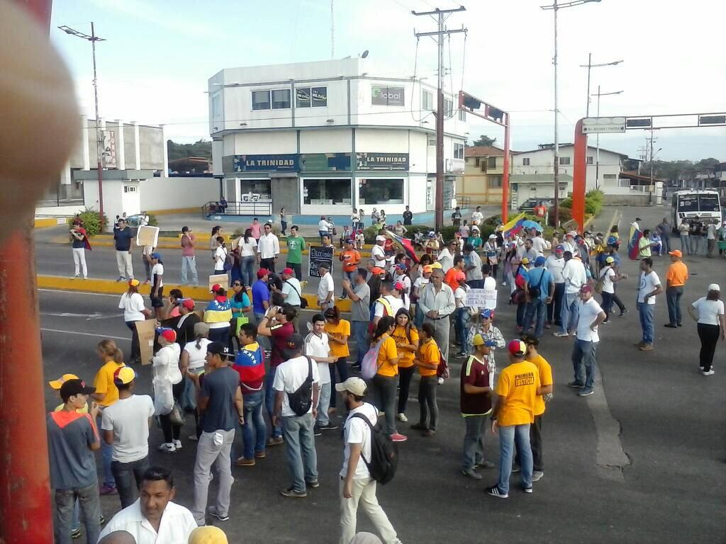 9:30 am. Desde las 6 am comenzó plantón en Don Samuel, Barinas https://t.co/I5HcKrTR0m #24Abr