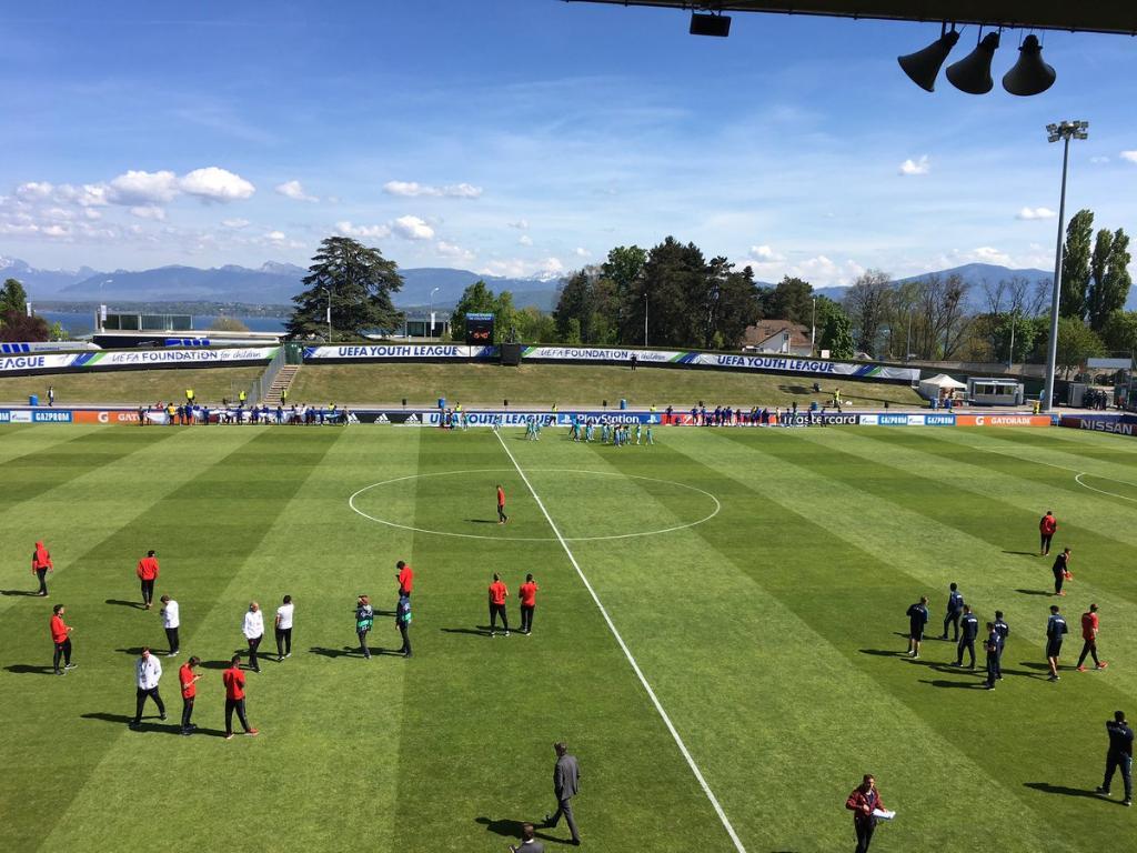 Os jogadores de @SLBenfica e Salzburgo têm o primeiro contacto do dia com o magnífico relvado do Estádio Colovray antes da final. #UYL