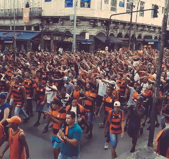 Foto tirada há poucos minutos da torcida do Flamengo nas ruas comemorando a saída de Cirino(prove que não é)