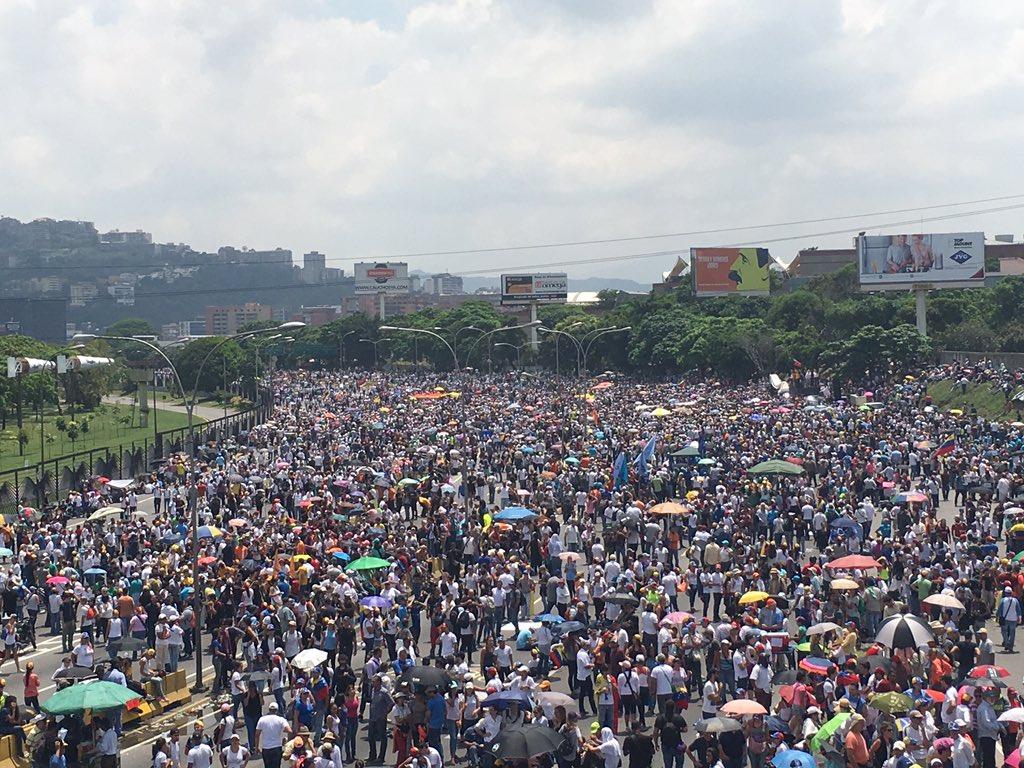 Desde la Francisco Fajardo ¡Una dictadura sin apoyo popular se debilita con calle! Y Vzla sigue en la calle #VzlaSePlantaContraLaDictadura