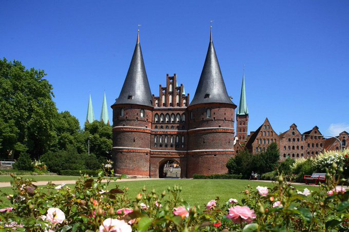 Visit the Holsten Gate in #Lübeck this summer! @hhofgermany #Germanytourism https://t.co/uRAP7P9lWZ https://t.co/Px6t9mtqYs