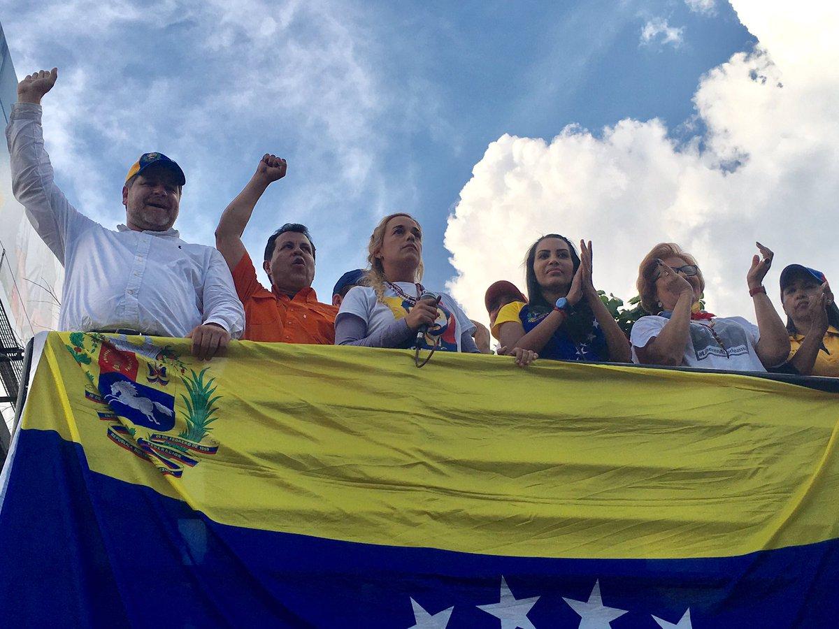 Orgullosos de la lucha. Cumplimos 8 horas de #PlantonNacional. Seguimos en la calle para que más nunca Vzla sea gobernada por una dictadura
