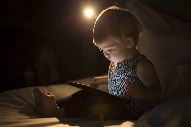要注意!タッチスクリーンを使う子どもは夜眠りにくくなるかも https://t.co/eLheoDJd6u