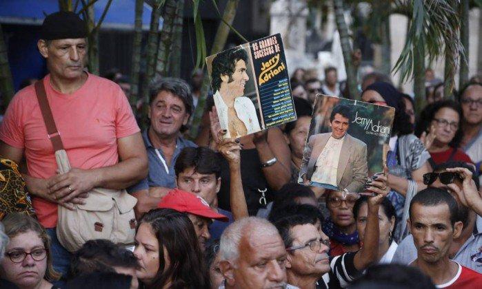 Corpo de Jerry Adriani é enterrado no Rio. https://t.co/FGNKkiwom3
