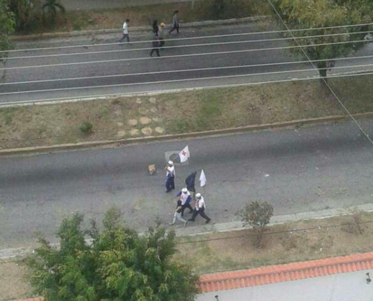 MÉRIDA: Con banderas blancas y de Cruz Roja alzadas en señal de paz, llegan médicos a Residencias Cardenal Quintero para atender heridos
