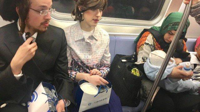 Casal de judeus divide assento em metrô com mãe muçulmana e foto faz sucesso nas redes.
