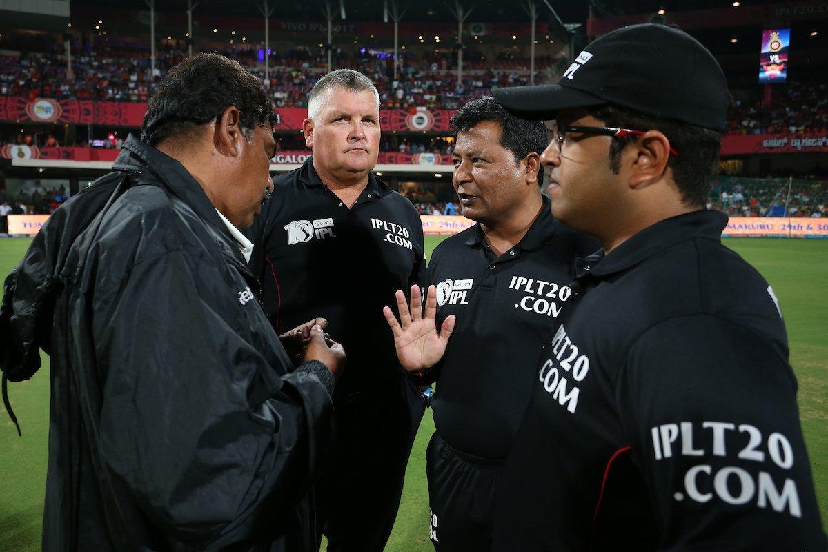 #IPL Match 29 The match officials get into a huddle #RCBvSRH @RCBTweets @SunRisers