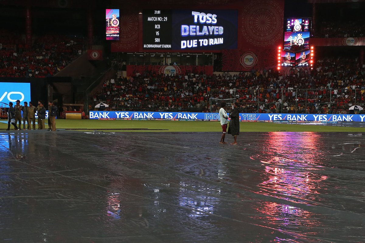 #IPL Match 29 The match has been abandoned. Both @RCBTweets and @SunRisers share a point each #RCBvSRH
