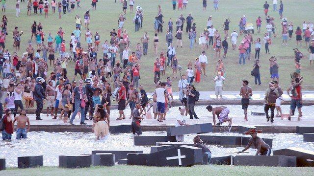 Índios entram em confronto com PM em manifestação em Brasília.