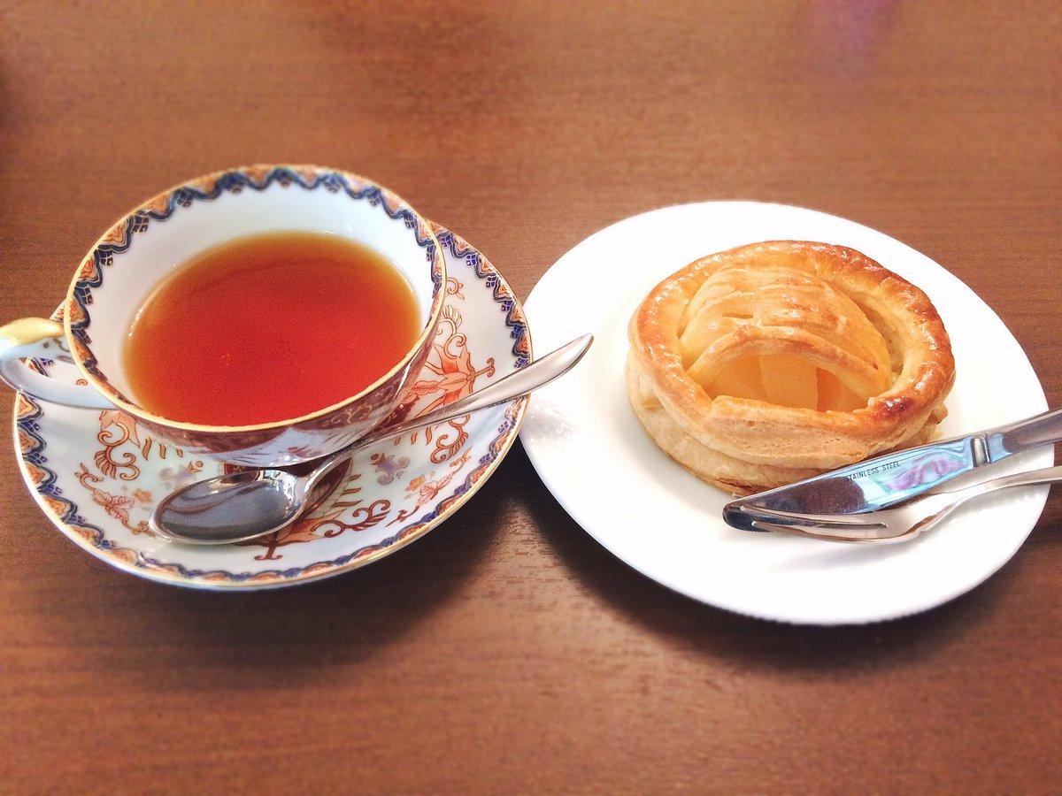"""喫茶店で休憩。スイーツŧ‹""""ŧ‹""""(๑´ㅂ`๑)ŧ‹""""ŧ‹""""アップルパイとアップルティー。アップルパイ美味しくて、もう1"""