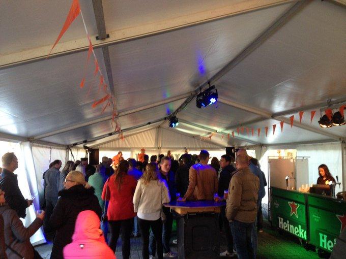 Prinsengrachtconcert in Honselersdijk is begonnen. Diverse artiesten treden op in een tent aan de Hofstraat https://t.co/Fj7fan7uNA