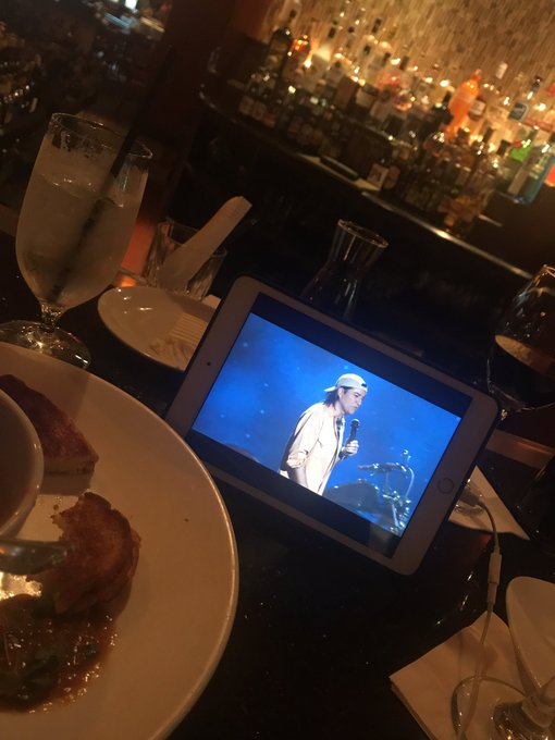 Watching @alexcomic at the bar while I eat dinner https://t.co/zXcFuNCnAL