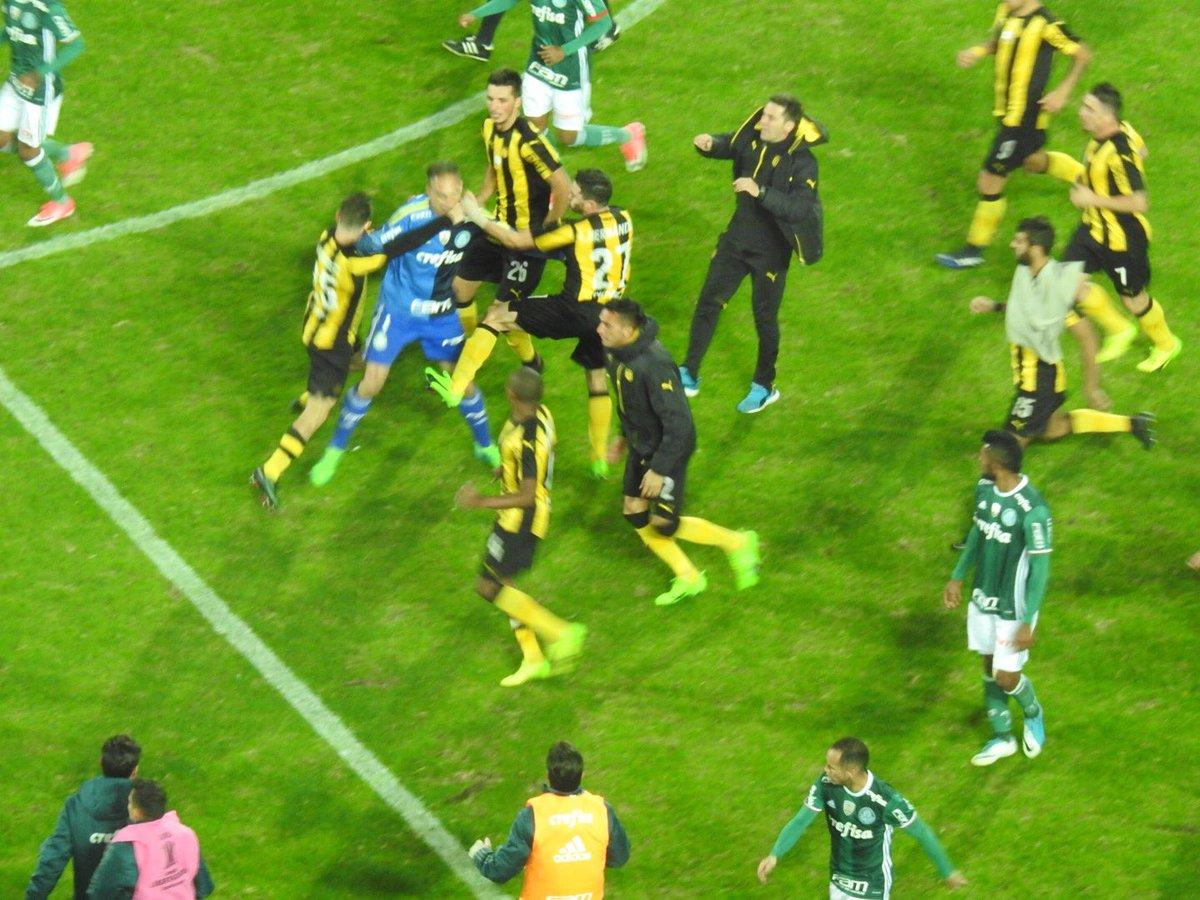Fernando Prass agredido por jogadores do Peñarol #trsep