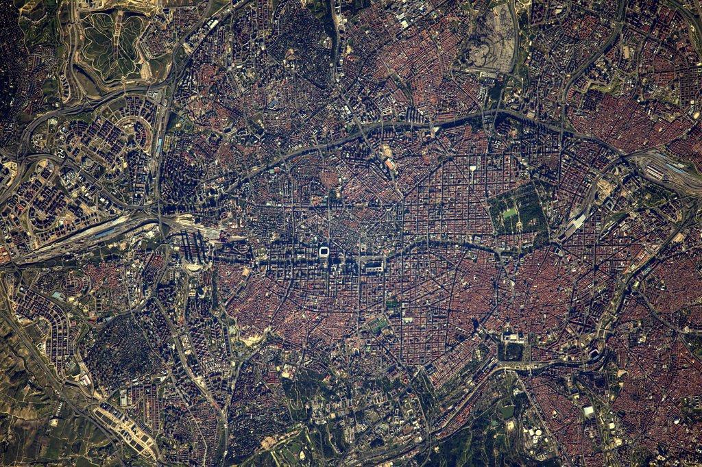Desde la #ISS llega esta colorida imagen de la ciudad de #Madrid en #primavera v. @Thom_astro y @esa_es