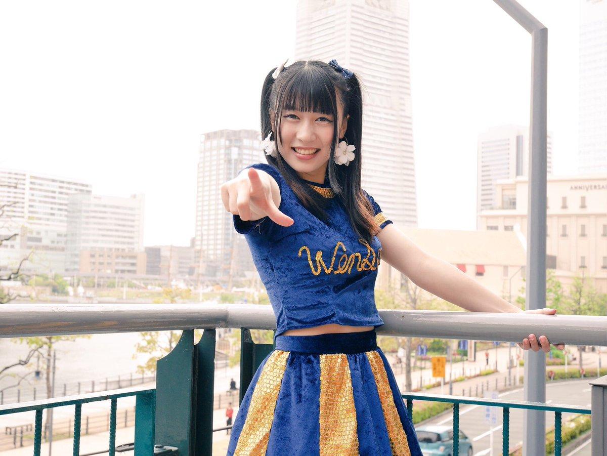 4/22 WenDee Free Live横浜ワールドポーターズ 2階ランドマークタワーをバックに好きな人を指差している