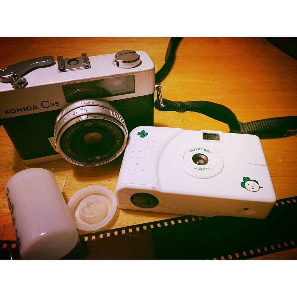 ご質問いただきましたので。ほんとうはclover san というトイカメラです。すみっこにちょこっと描かれたイラストがサ