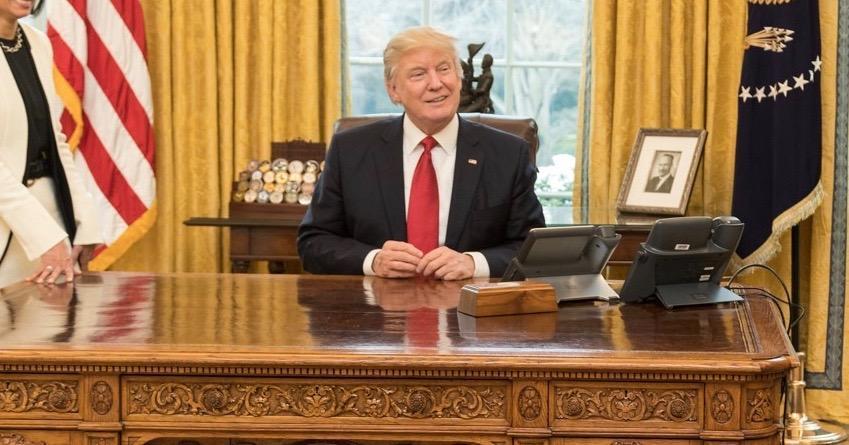 Dans le bureau ovale trump appuie sur un bouton pour quon lui