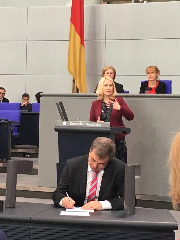 Mehr Kita-Plätze! Heute werden 100.000 neue Plätze im #Bundestag beschlossen. https://t.co/3tdssCxzY0