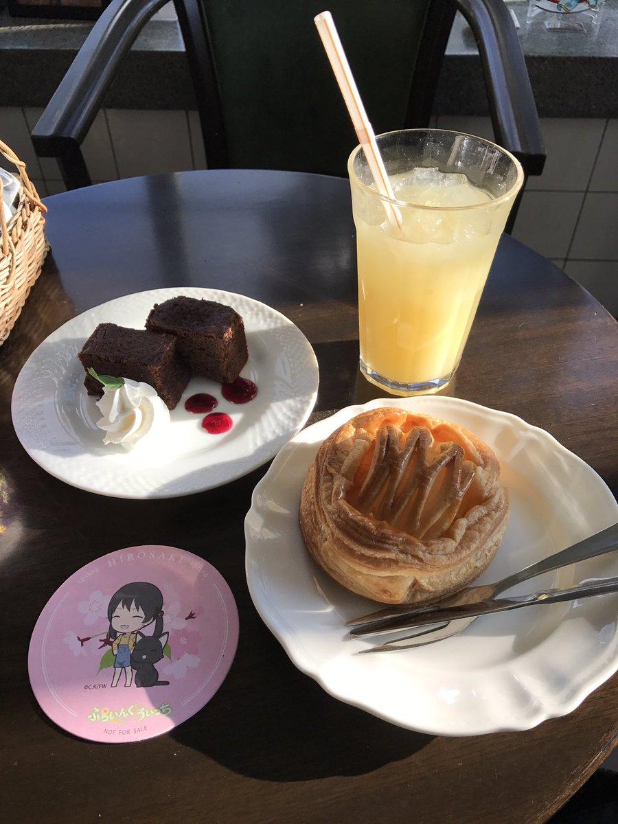 喫茶室は平日にもかかわらずかなり混雑していました。注文したのは前回来た時と同じくガトーショコラとアップルパイ。コースター