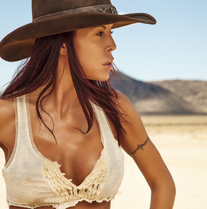 Have a #Fabulous #Friday Everyone😘  #FridayFeeling #heat #desert #redhairdontcare #cowboyhat #fitness