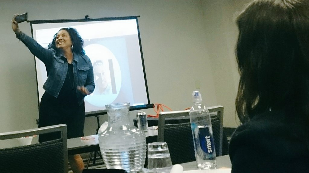 LOOK AT THE LENS! LOOK AT THE LENS!! @goodenufmother #typeacon #LiveStreaming Don't look at yourself. Look at the lens! #BestPractices https://t.co/9jssGTkpW9
