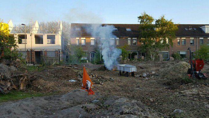 Poeldijk Jan Barendselaan. Tuinafval spontaan in de brand. Brandweer afgemeld. Bewoners mogen zelf brandje blussen. https://t.co/jR0L8n254J