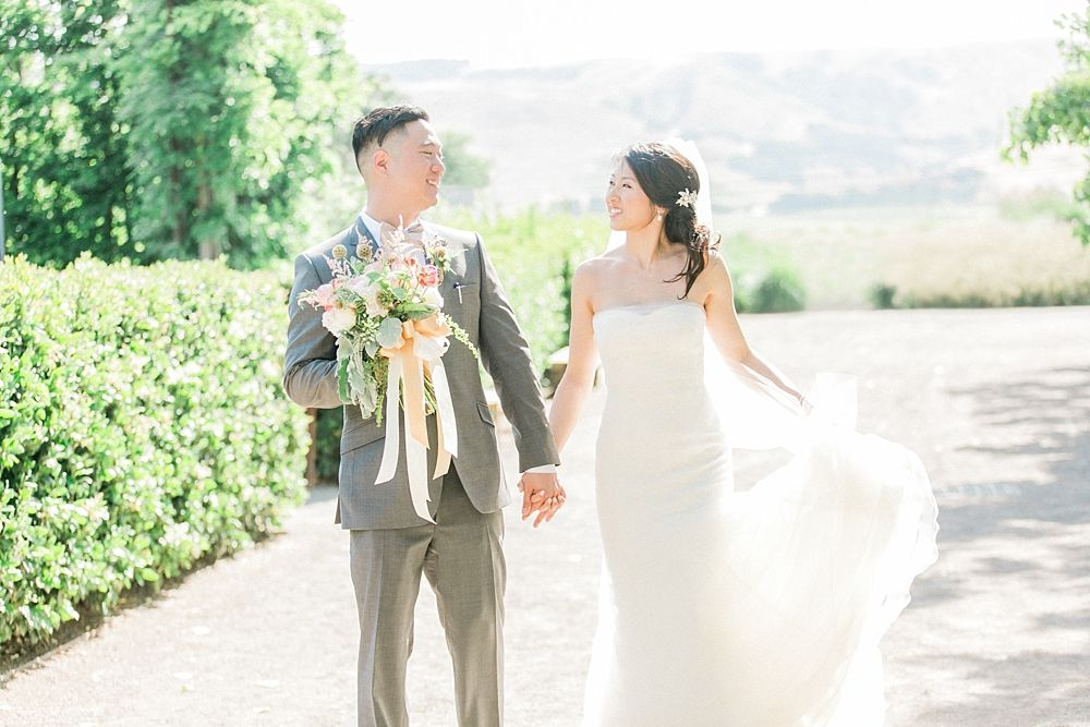 Love this bride's ivory Vera Wang gown in this beautiful Sonoma #wedding ~  https://t.co/YuFsya8hzX https://t.co/eGgY40cWSS